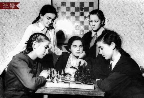 Un grup de tinere la turneul de șah organizat pentru elevii din or. Chișinău.  (de la stânga la dreapta) Remi Tihonova, Palina Cerneac,  Nelli Goloeman, Taia Colomieț și Ala Toirinberg. 02.02.1953, indice: 22412, autor - Bogarov