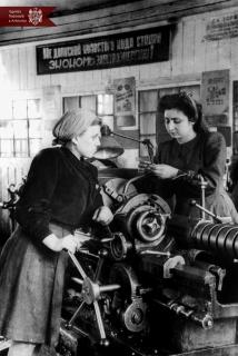 Claudia Cerneavscaia (în stânga) și Jana Manucov, muncitoare la Uzina de  Reparație a Motoarelor din or. Chișinău, anul 1953, indice: 22486