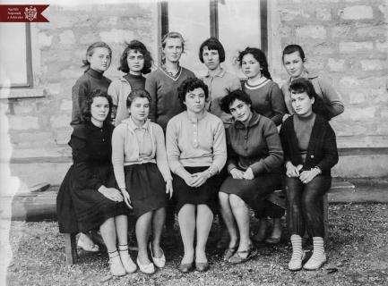 Tatiana Constantinov, șefa secției de studii a Școlii medii din s. Crasnoe, cu discipolii săi, anul 1968, indice: 26-3128