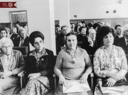 În sala de festivități a Bibliotecii Naționale, (de la stânga la dreapta)  Natalia Gheorghiu (profesor și doctor în științe medicale), Ludmila Scalnîi (președinte al Asociației Femeilor), Tamara Ciobanu (artistă a poporului) și Maria Bieșu (cîntăreață de operă, soprană și lied), or. Chișinău, anii 80 ai sec. al XX-lea, indice: 26-8501