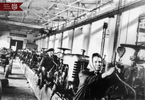 """Secvență din secția de asamblare a tractoarelor """"DT-20"""" a Uzinei de reparație auto din or. Tighina, 19.03.1966, indice: 44314, autor - Bogarov"""
