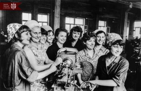 Muncitoarele Uzinei mecanice din orașul Bălți,  (de la stânga la dreapta) N. Demenciuc, M. Pașa, A. Chitic, N. Culea, E. Carabulea, T. Gerbinscaia, V. Chetraru, L. Parhomenco, L. Ciurcaș, or. Bălți, anul 1968, indice:45164, autor - N. Spivac