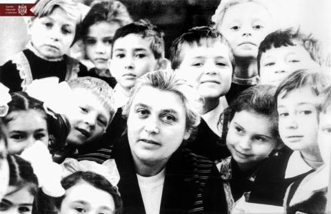L. I. Chimcea,  metodistă la  școala medie nr. 2 din or. Fălești, împreună cu discipolii săi. or. Fălești, anul 1980, indice: 1-1598, autor - M. Roadedeal