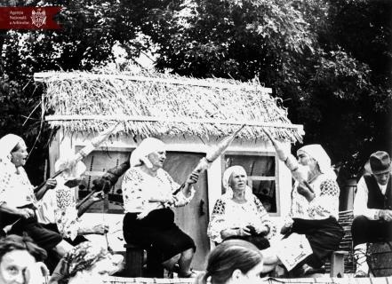 """Târgul """"Tradițiile satului meu"""", procesul de toarcere a lânii, or. Dondușeni, Anul 1986, Indice: 1-26349, Autor - I. Russu"""