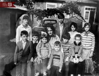 """Lidia Rubciac , deținătoare a Ordinului """"Mamă eroină""""   împreună cu copiii săi, s. Balasinești, r. Briceni, anul 1988, Indice: 1-26811, autor - M. Pasternac"""