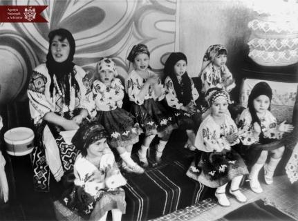 """Șezătoare organizată la grădinița de copii """"Nr.2""""  din or. Orhei, anul 1990, indice: 1-32525, autor - L. Țulan"""