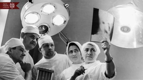 Natalia Gheorghiu (prima din dreapta), chirurg-pediatru, doctor în științe medicale, profesor la Universitatea de  Stat de Medicină din or. Chișinău cu colegii în sala de operații. Anii 70 ai sec.  XX, indice: 15-8450