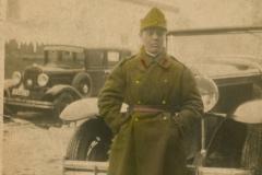"""Oleinic Macar Iosif, născut în anul 1911, în localitatea Gârbova, județul Soroca, La 16 ani a fost recrutat pentru a îndeplini serviciul militar în termen. Soldat al infanteriei Române. A participat la cel de-al doilea Război Mondial, a decedat în lupte. Imaginea a fost efectuată în preajmă unității militare unde slujea. Automobil de marca Ford, model P.; anul 1927, Basarabia, Regatul României,  Sursa: Seinic Cristian, cl. a XII """"C"""", IPLT """"Gh. Asachi"""""""