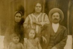 Ilie Stănescu, țăran înstărit din satul Șaptebani,  jud. Bălți, împreună cu familia sa. Anul 1930, Basarabia, Regatul României.