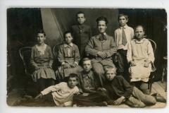 """Elevii cu profesorul lor, loc. Țăhnăuți, jud. Orhei, Basarabia, Regatul României, 18.06.1933. Sursa: Colța Andrea, cl. a XI-a """"C"""", IPLT """"Gh. Asachi"""""""