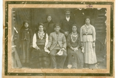 """Axenia (primul rând, a doua din stânga) împreună cu un grup de săteni din loc. Podoima, gubernia Podolia, Imperiul Rus. În anul 1930 îl naște pe Chiril, viitorul ministru al Sănătății din RSS Moldovenească. Fotografie realizată în anul 1911. Sursa: Moraru Alexandra, cl. a VI-a """"A"""", IPLT """"Gh. Asachi"""""""