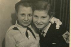 """Ecaterina Arterciuc, în stânga, și Lora, prietena Ecaterinei, în dreapta. În uniforma școlară a Liceului de fete """"Regina Maria""""; anul 1938, Basarabia, Regatul României,  Sursa: Școlinic Cristian, cl. VIII """"A"""", IPLT """"Gh. Asachi"""""""