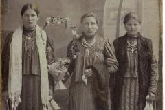 """Nadejda Nicolai (a.n. 1896), fotografie realizată în atelierul ,,A. Ghișer"""" din or. Chișinău, Basarabia, Imperiul Rus, anul 1916. Sursa: Eduard Corghencea, elev, IPLT """"Gh. Asachi"""""""