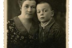 """Nina Săvulescu și fiul ei Eugen. Eugen, ulterior, s-a refugiat în Oradea, România, or. Chișinău, anul 1937, Basarabia, Regatul României,  Sursa: Școlinic Cristian, cl. VIII """"A"""", IPLT """"Gh. Asachi"""""""