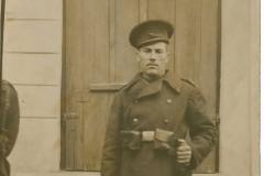 """Gadîmba Fiodor Ivan, născut în anul 1903 în localitatea Gârbova, județul Soroca. În anul 1923 a fost recrutat pentru a îndeplini serviciul militar în termen. Soldat al infanteriei Române. A participat în cadrul celui de-al doilea război mondial la operațiunea """"Căderea Berlinului"""". Fotografia a fost realizată în anul 1927, Basarabia, Regatul României,  Sursa: Seinic Cristian, cl. a XII """"C"""", IPLT """"Gh. Asachi"""""""