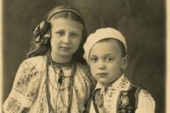 """Ecaterina și Eugen Savulescu. Ecaterina era elevă la Liceul de fete """"Regina Maria"""" din or. Chișinău, anul 1937, Basarabia, Regatul României,  Sursa: Școlinic Cristian, cl. VIII """"A"""", IPLT """"Gh. Asachi"""""""