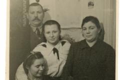 """Familia Arterciuc, soții Grigore și Maria, fiica Ecaterina la mijloc, și Olga, or. Chișinău;  anul 1938, Basarabia, Regatul României,  Sursa: Școlinic Cristian, cl. VIII """"A"""", IPLT """"Gh. Asachi"""""""