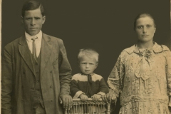 """Soții Toadre Boiștean și Olga cu fiul Simion. Basarabia, Regatul României, anul 1925. Sursa: Mihai Flavia, cl.  a XII """"D"""", IPLT """"Gh. Asachi"""""""