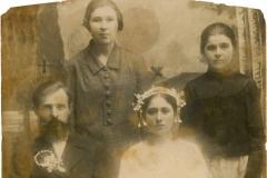 """Preotul Nicolae Ursachi împreună cu soția sa Nadejda, așezați pe scaun, și fiicele sale Antonia, în stânga, și Maria, în dreapta. Nicolae Ursachi s-a născut în loc. Balta. A absolvit Seminarul Teologic din Kiev. Prin 1919 a încercat să treacă Nistru, în Regatul României. A fost prins și deportat în lagărul de pe insulele Solovki. Apoi a venit în Basarabia, în localitatea Măcăreuca, județul Soroca. Basarabia, Regatul României, snul 1941. Sursa: Mihai Flavia, cl.  a XII """"D"""", IPLT """"Gh. Asachi"""""""