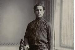 """Mihai Ursachi, membru al Organizației Naționale din Basarabia """"Arcașii lui Ștefan"""". A fost deportat în anul 1948 în localitatea Inta, lagărul nr. 5. Fotografia a fost realizată în atelierul fotografic a lui Z. A. Dlugaci. or. Soroca, Imperiul Rus, 12 ianuarie 1915. Sursa: Mihai Flavia, cl.  a XII """"D"""", IPLT """"Gh. Asachi"""""""