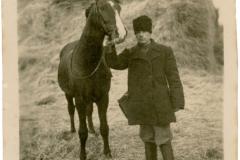 """Rusu Alexei, pădurar, născut în anul 1911 în loc. Dângeni, jud. Soroca, Basarabia, Regatul României, anul 1935. Sursa: Petcu Ionela, cl.  a VIII """"C"""", IPLT """"Gh. Asachi"""""""
