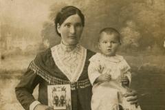 """Familie din loc. Țăhnăuți, jud. Orhei, Basarabia, Regatul României, 18.06.1933. Sursa: Colța Andrea, cl. a XI-a """"C"""", IPLT """"Gh. Asachi"""""""