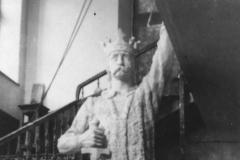 """Monumentul """"Ștefan cel Mare"""", varianta ghips din cadrul școlii nr. 6 din or. Chișinău. Lucrarea sculptorului Alexandru Plămădeală. Anul 1924."""