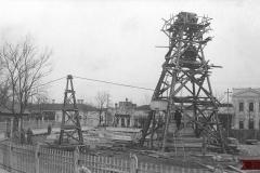 """Secvență de la lucrările de montare a postamentului monumentului  """"Ștefan cel Mare"""", sculptor Alexandru Plămădeală. Anul 1925."""