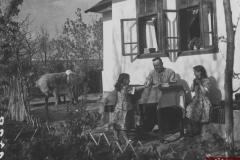 Caminschii M. F. împreună cu copii săi. Raionul Florești. Anul 1954. Foto: Șapiro. Sursa: Agenția Națională a Arhivelor, DGAN, Fototeca: c.a. 175