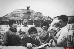 Soții Tisiercan Eugenia și Anatolii, împreună cu feciorul Victor și fiica Elena, nepotul Igor și ginerele Oleg. Familie multietnică din localitatea Ialoveni. Anul 1989. Foto: S. Saenco. Sursa: Agenția Națională a Arhivelor, DGAN, Fototeca: c.a. 1-29855