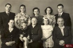 Leonid Cemortan cu soția Ludmila (în rândul II, de la stânga la dreapta) părinții și rudele, or. Chișinău, anul 1954.  Sursa: Agenția Națională a Arhivelor, DGAN, Fototeca: c.a. 107