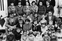 E. Gh. Juric din localitatea Hâjdieni, raionul Glodeni împreună cu copii și nepoții săi. Anul 1981. Foto: Mihai Potârniche. Sursa: Agenția Națională a Arhivelor, DGAN, Fototeca: c.a. 2296