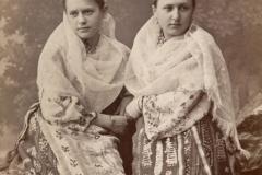 Familia Roșioru din localitatea Bardar, raionul Ialoveni, într-un leagăn confecționat de ei. Anul 1947. Foto: Maiorov. Sursa: Agenția Națională a Arhivelor, DGAN, Fototeca: c.a. 1818