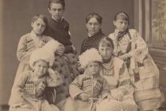 Ecaterina Alexandru Râșcanu – Derojinschi (în centru) împreună cu copiii, or. Chișinău, anul 1983. Foto: A. Sumovschi.  Sursa: Agenția Națională a Arhivelor, DGAN, F. 2983, inv. 1, dos. 83, f. 3