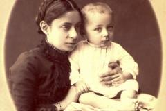 Elena Al. Nazimca, de viță nobilă, împreună cu ficiorul său Vladimir, or. Chișinău, anul 1917. Foto: P. Condrațchi. Sursa: Agenția Națională a Arhivelor, DGAN, F. 2983, inv. 1, dos. 85, f. 16