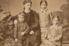 Ana Petru Fezi (născută Râșleacov) împreună cu copiii săi Eugeniu Vladimir Fratița, Lidia și Elena Fezi, satul Cobîleni, jud. Orhei, până la 1917. Foto: A. Sumovschi. Sursa: Agenția Națională a Arhivelor, DGAN, F. 2983, inv. 1, dos. 78, f. 2